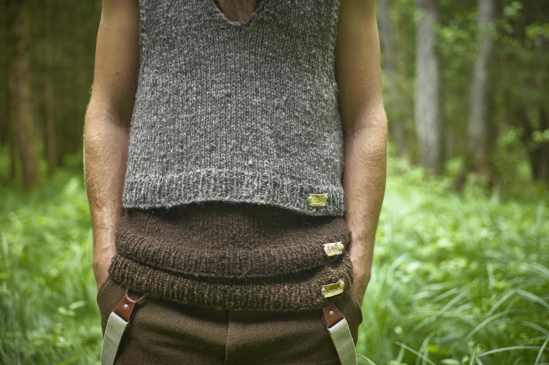 Zeigt einen Mann mit Pullunder aus Schafwolle von SAWA