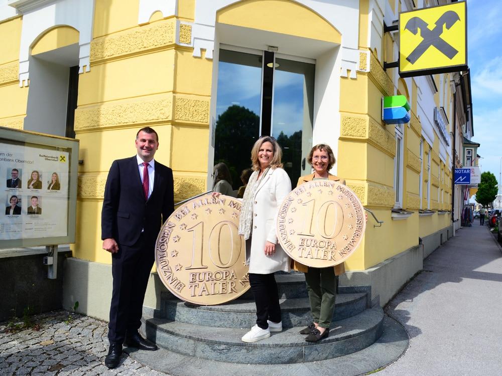 Unterstützen mit den Europatalern die Wirtschaft in Laufen und Oberndorf (v.l.n.r): Alexandra Nobis, Bernhard Unger und Gertraud Schnaitl. (Bild: Dunkelbunt Design)